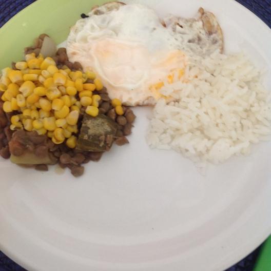 Lentilha, milho assado e ovo frito